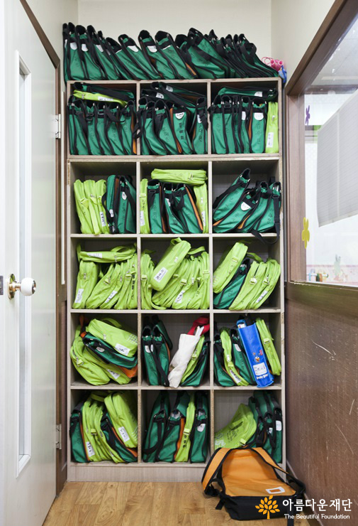 원생들의 가방이 책장에 가득 차있다.