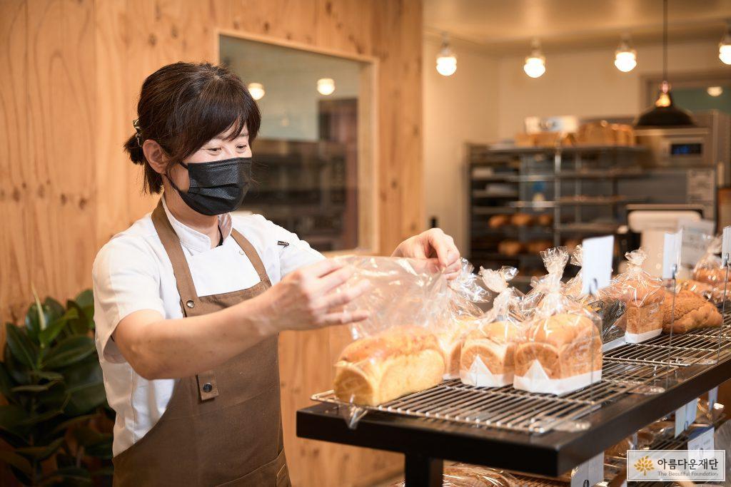 직접 구운 빵을 진열하는 황순남 창업주